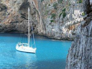 Segelboot in der Bucht